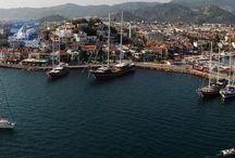 ОТДЫХ В МАРМАРИСЕ (Marmaris Turkey) /   Мармарис  один из популярнейших и любимейших городов Турции, как среди европейских, так и русских путешественников. Что неудивительно: великолепная природа, от которой захватывает дух, историческая значимость и близость древних городов, а также активная насыщенная дневная и ночная жизнь выделяют его на всем средиземном побережье. Длинная береговая линия подходит как для купания в чистом и теплом море, так и для многочисленных яхтсменов. Мармарис является очень важным туристическим и торговым местом. Для желающих посетить этот популярный курорт, но не знающих, что можно посетить в Мармарисе, перечисляем основные достопримечательности: