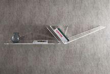 Mensola in plexiglass Wings Down – LuceSolida / Per tutti coloro che cercano un oggetto di design che faccia la differenza. Originale mensola che può essere utilizzata come singolo elemento o abbinata ad altre mensole Wings Up per realizzare una composizione decorativa sulla parete.