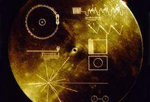 Exploration / galaxies, voie lactée, vaisseau spatial, schémas filaires, typos extra terrestre, Mars attacks, martiens, lasers, dégradés, étoiles-mouchetés, cartouches techniques