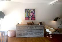 Avant/Aprés : métamorphoser un plan de mur / La réalisation du mois est la mise en valeur d'un plan de mur, par le choix d'un revêtement mural, l'objectif fut d'apporter du caractère à l'intérieur. Il est difficile de se projeter et d'oser un motif très fort mais il existe des tapisseries aux couleurs, textures et motifs variés.  Nous avions choisi une tapisserie anglo-saxone avec des formes géométriques. Sa couleur mordorée présente dans les hexagones capte la lumière et donne une atmosphère toute en chaleur. http://www.ckarchitecture.fr