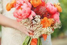 Des mariés en fleurs : bouquet, boutonnières. / Agence Carré Rouge, wedding planner & designer, Biarritz