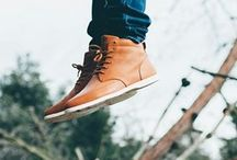 Clae cipők / A Clae cipőmárka elhivatottság vállalása, a megújulás és a design felé, egy pontosan körülhatárolt, sikkes kollekciót eredményezett a mai modern férfiak számára. A prémium minőségű anyagok használatával, szokatlan hangsúlyt fektetve a kényelemre és sokoldalúságra, a Clae időtálló lábbeliket hozott létre. A maximális komfortérzet és stílus kialakítása érdekében a cipők a legfinomabb, kézileg válogatott anyagokból készülnek.