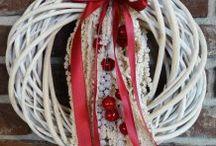 vánoční věnce, svícny a dekorace