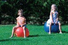 Deporte / Juegos e instrumentos necesarios para que los niños practiquen deportes tan conocidos como el fútbol, el tenis, el baloncesto,… También encontraremos los utensilios típicos de un profesor de Educación Física.