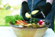 Skruba Handschoenen / Met de Skrub'a scrubhandschoen verwijder je eenvoudig aarde en vuil, zodat je de aardappel in de schil kunt eten. Erg lekker en bovendien verlies je geen voedingsstoffen door het schillen.