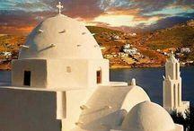 Ίος / Η Ίος είναι ένα από τα πιο ατμοσφαιρικά Κυκλαδονήσια. Η μοναδική ομορφιά της δεν περιορίζεται στην παραδοσιακή αρχιτεκτονική και στις χρυσαφένιες παραλίες. Ίος σε κερδίζει από την πρώτη στιγμή που θα βρεθείς στο λιμάνι της. Ήταν φημισμένη ως η Ίμπιζα της ανατολικής μεσογείου!