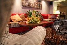 Lounge Library / După o superbă zi însorită petrecută pe munte sau în oraş, oaspeţii pensiunii pot savura o băutură fină în Lounge Library. Locul este gândit ca o bibliotecă cu fotolii cochete şi mobilier din cărţi. Lounge Library se poate transforma şi în meeting room.