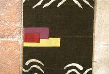 book-à-porter bogolan / Questo Bogolan viene lavorato seguendo antiche tecniche tradizionali dell'Africa occidentale. Il cotone grezzo utilizzato per confezionare i portalibri book-à-porter viene tessuto con telai dagli uomini e tinto con colori naturali a base di fango, foglie e radici dalle donne