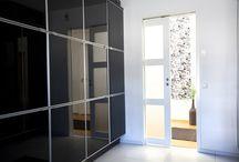 Skjutdörrar / Vill du ha en öppen planlösning eller en funktionell rumsindelning? Du behöver inte välja! Med skjutdörrar får du båda delarna utan att förlora värdefull golvyta. Under de senaste åren har skjutdörrarna fått en renässans, eftersom allt fler har blivit uppmärksamma på fördelarna. I dag är det vanligt att använda skjutdörrar som en klassisk rumsavdelare, men också som en alternativ dörrlösning till exempelvis kontor, tvättrum, toalett och sovrum.