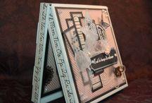 Avec support à carte cadeau/With gift card holder / Boitatou accompagnée d'un support à carte cadeau.