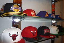 Gorras New Era / New Era Cap Company, Inc., fabricante líder de gorras y gorros y creadora de New Era Apparel, trae al mercado productos que traspasan el tiempo, la cultura, los deportes y la moda.