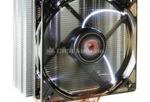 Xigmatek CPU-Kühler / Es ist die typische Erfolgsgeschichte: Ein kleines Unternehmen mit einer revolutionären Idee betritt den Markt und wird durch den großen Erfolg seiner Produkte schließlich selbst zum Big-Player. Xigmatek ist ein solches Beispiel und die zentrale, innovative Idee war H.D.T. Mit direkt auf der CPU aufliegenden Heatpipes konnte der Hersteller frischen Wind in den Bereich bringen und erzielt mit dieser Konstruktionsmethode neue Dimensionen der Kühlleistung.