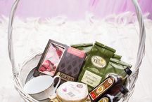 Oferta ślubna / Obdarowywanie Młodej Pary prezentami to tradycja znana od wieków. Zwyczajem młodszym, ale równie miłym i przyjemnym są podarunki od nowożeńców dla rodziców i gości weselnych. Przygotowaliśmy więc wyjątkowe herbaciane upominki, które doskonale spełnią rolę podziękowania najbliższym za przybycie na uroczystość zaślubin i wspólną zabawę na weselu.