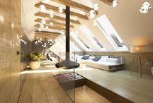 Luksusowe poddasze z kominkiem w willi pod miastem - Tissu / Wystrój wnętrz eleganckiego salonu połączonego z jadalnią. Luksusowe, przestronne wnętrze utrzymane jest w jasnych barwach, ożywionych lustrami na suficie.