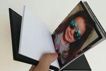 Pinchbooks / Pinchbook, perefct pentru zile onomastice, nunti,botezuri,cununii,petreceri private, sedinte foto. Disponibil în dimensiuni de 10x15 13x18 A 4 A3. Opțiuni de culoare neagră și maro. Minimum 5 pagini / maxim 25 de pagini pe carte. Paginile sunt tipărite la alegere pe hartie lucioasa premium de 260 grame Professional sau hartie profesionala A 4 lucioasa, satin, lustre, lustre metalic ce vă oferă caracteristici de printare de lux