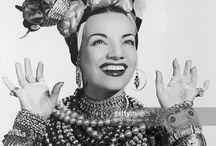 Es ist nie zu viel Schmuck für Carmen Miranda Look