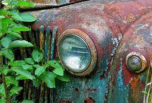 Eski paslı araba ve kamyonlar