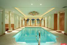 Hoog.design | Zwembad / Door het aanleggen van een zwembad in uw huis of tuin hoeft u nooit meer de deur uit te gaan om een frisse duik te nemen of wanneer u even wilt ontspannen. In de zomer met warm weer, kunt u heerlijk een duik nemen in uw eigen zwembad in de tuin. Maar als u liever het het hele jaar door wilt genieten van uw bad, kunt u een binnenzwembad laten aanleggen.