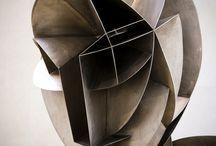 Abstract sculpture / ei esittävä kuvanveistotaide / Abstraktia veistostaidetta.