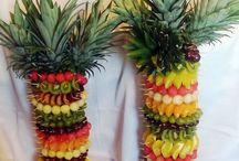 PALMY OWOCOWE /     Zaskoczcie wszystkich na swoim weselu kompozycją z koreczków owocowych wbitych w pień palmy z ananasów. Niezwykle apetyczna, efektowna, wyjątkowa i oryginalna kompozycja stanowi idealne uzupełnienie wyrzeźbionego arbuza, pełnej kompozycji owocowej. Palma może zastąpić typowy stół owocowy serwowany przy uroczystościach weselnych.