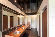Flierefluiter - Raalte / Dreamplafonds heeft bij de sanitaire voorzieningen het plafond voorzien van een hoogglans zwart- en rood spanplafond. Hierdoor krijgen de ruimtes een chique uitstraling en geeft het een uiterst comfortabel en schoon gevoel. De plafonds zijn daarnaast voorzien van verlichting waardoor het geheel helemaal af is.