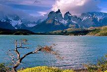 America South - Patagonia / Kraina geogr. w płd. części Ameryki Połudn, na terenie Argentyny i Chile, między Oc. Atlantyckim a Spokojnym. Wschód należy do Argentyny, zachód do Chile. Góry Andy, wulkaniczne i silnie zlodowacone. Szczyty w Monte San Valentin (4058 m n.p.m.) i Fitz Roy (3370 m n.p.m.). Rzeki, spływające do oceanu Spokojnego (Palena, Yelcho, Pascua) porozcinały góry głębokimi jarami. Od wschodu przylega do Andów kraina jezior, a następnie płaskowyż poprzecinany rzekami: Limay-Negro, Chubut, Deseado, i Chico.