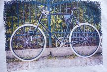 T-shirty ze zdjęciem roweru Peugeot / 100% bawełniane męskie T-shirty ze zdjęciem roweru Peugeot z 1900 r. Zdjęcie pochodzi z sesji do naszego kalendarza z rowerami zabytkowymi 2018 i ma wymiary 32 x 20 cm i zostało naniesione techniką druku bezpośredniego. Rozmiary koszulek od S do 3 XL.