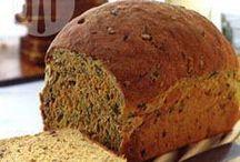 Brood gebakken en lekker belegde broodjes.