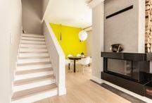 Aranżacja nowoczesnej kuchni z salonem z mocnym akcentem - Tissu. / Aranżacja nowoczesnej kuchni z salonem z mocnym akcentem - Tissu. W otwartej przestrzeni dominuje biel i naturalne materiały, ożywione neonową ścianą.