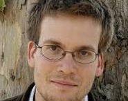 John Green / John Green (Indianapolis, 24 augustus 1977) is een Amerikaanse schrijver. Hij ging op vijftienjarige leeftijd naar een kostschool in Birmingham. Hij studeerde Engels en godsdienstwetenschappen .Green recenseerde voor Booklist en maakte radioprogramma's, voordat hij zich fulltime richtte op het schrijven van boeken.