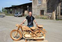 Motorcycle IL-49 wood - модель советского мотоцикла ИЖ-49 / Столяр Юрий Хвтисишвили в начале этого года решил смастерить что-то новое и необычное. И тут он вспомнил, что видел в интернете работы мастеров, которые делали полноразмерные модели мотоциклов целиком из дерева. Так было принято решение смастерить модель советского мотоцикла ИЖ-49 в масштабе 1:1.  18 января работа закипела. Из бука и сосны день за днем вытачивались все детали будущей модели, включая болты и прочие мелочи. Ровно через четыре месяца, 18 мая 2014 года, работа была завершена.