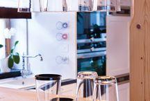 Magnetgläser // einfach – aber genial. / Sicher kennt ihr genau wie wir das ärgerliche Umherfallen von Gläsern, Geschirr und anderen Haushaltswaren in Fortbewegungsmitteln.  Ein Magnet im Unterboden eines silwy-Glases findet als Gegenpol einen selbsthaftenden silwy-Untersetzer, in dem eine metallische Schicht integriert ist. Beide Pole ziehen sich ja bekanntlich an – das Magnetglas wird somit fixiert und hält wie von Geisterhand.