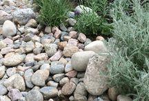 Kivet ja katteet / Stones and covering materials / Istutusalueiden katteena voidaan käyttää monenlaisia eri materiaaleja kuten seulanpääkiviä, someroa, lohkarekiviä, louhosta, soraa, mursketta.