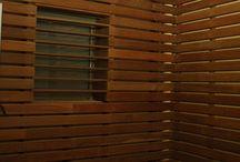 Vallas de madera natural en un patio interior de Passeig de Gràcia