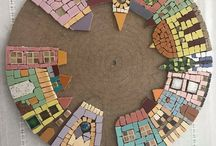 Círculo de madera con casitas hechas de mosaicos