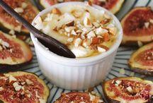 Figos assados com coalhada seca, mel e amendoas