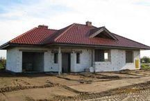 Projekt domu Rozwojowy / Projekt domu Rozwojowy to propozycja pracowni na nowoczesny, parterowy domek dla cztero-pięcioosobowej rodziny. Projekt Rozwojowy zbudowany jest na planie litery L, z dobudowanym garażem. Cały program funkcjonalny domu znajduje się na parterze, a dodatkowo powyżej zaprojektowano duży strych, który można zaadaptować na poddasze użytkowe.