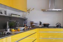 Cozinha planejada / #cozinha #amarelo #preto #madeira