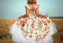Floral Bridesmaids / Stepping away from tradition, with a look at bridesmaids and flowers girls using the floral theme