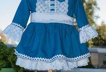 Vestido en sarga azul, con tira bordada / Primer vestido de la colección otoño-invierno 2013
