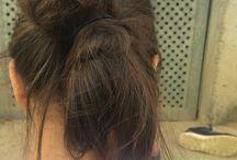 Sommerfrisur ❤️ / Man muss hinten einen Zopf machen den macht man mit einem Haargummi fest dann formt man einen Dutt und danach macht man die Hälfte mit einem Haargummi fest