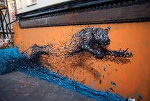 Street Art / La street art è la definizione comunemente utilizzata per inquadrare tutte le manifestazioni artistiche compiute in spazi pubblici. A differenza del graffiti writing l'artista non vuole imporre il suo nome, ma intende creare un'opera d'arte che si contestualizzi nello spazio che la circonda, creando un impatto e interagendo con un pubblico diversificato, che peraltro non ha scelto di visionare l'opera.