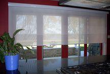 Sunscreen Güneşlik Perde / Sun screen perde özellikle büro ve ofislerde sıklıkla kullanılan stor perde türleri arasında yer almaktadır. Çünkü böyle yerlerde çalışılan bilgisayara yansıyan her güneş ışığı, insanların verimli bir şekilde çalışmasına engel olacak