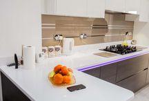 """Crédence en verre Design ! / Vous envisagez de poser une crédence en verre dans votre cuisine ?  Voici un tuto pour vous aider ! : Rendez-vous sur notre site www.monvitrage.fr dans la rubrique """"Aide"""" puis """"Mesurer une crédence"""".   Et pour votre inspiration voici quelques réalisations !"""