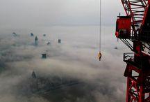 Shanghai, China / Cu siguranţă ai mai văzut fotografii uimitoare cu oraşul Shanghai de la înălţime, pentru că aici se află numeroase clădiri de tip zgârie-nori, iar fotografii profesionişti se întrec în a ne arată astfel de peisaje urbane prin pozele lor.