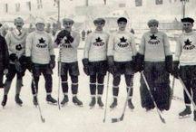 Мировой хоккей / Хоккей с шайбой зародился в Канаде. Первый чемпионат страны в Советском союзе произошел в 1946 году. С тех пор эта одна из самых любимых игр в России. Хоккей спортивная игра на льду, в которой игроки двух противоборствующих команд стараются, передавая шайбу клюшкой друг другу, забыть в ворота соперника больше шайб.