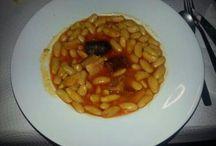Fabada, un típico asturiano / La fabada es el plato más típico de asturias. Acompañada con todos los sacramentos (el compango) En Casa Pedro la preparamos al estilo tradicional, a fuego lento