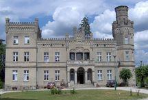 """Kołdrąb - Pałac / Pałac w miejscowości Kołdrąb wybudowany został w latach 1870-80 dla rodziny Zawadzkich. Od 1913 r. dobra były w posiadaniu Komisji Kolonizacyjnej, zaś w okresie międzywojennym  rodziny Haberów. Ostatnim właścicielem był hr. Kazimierz Haber. W 1938 r. pałac sprzedany został Kurii Biskupiej w Gnieźnie, z przeznaczeniem na dom dla emerytowanych księży. W czasie okupacji mieściła się w tu szkoła """"Hitlerjungen schule"""", po wojnie był siedzibą Urzędu Gminy, zaś obecnie w  pałacu mieści się Dom Dziecka."""