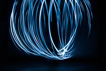 Lichtmalerei / Die Lichtmalerei ist eine Lichtgestaltung. Wenn es dunkel wird, oder auch in einem abgedunkelten  Raum wird mit einer Langzeitbelichtung ein Bild gemalt. Das heißt: Wir stellen die Zeit der Kamera so ein, dass sie sehr lange aufnimmt.