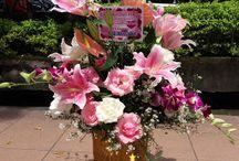 Bunga Tiger Lily, Mawar, Anggrek Dirangkai Menjadi Bunga Meja Cantik - Ucapan Ulang Tahun
